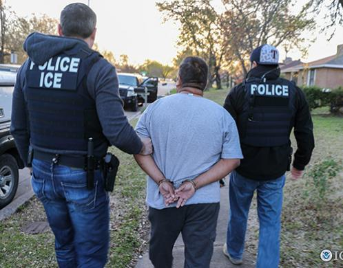 Photo of Man tried to pay ICE officer to deport his wife – it didn't end well